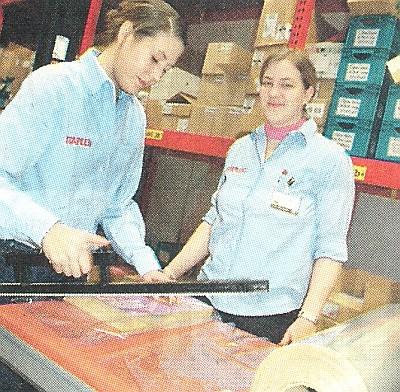 Lena Subucz und Katharina Thielemann siegeln Briefumschläge wieder ein.