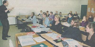 Axel Bossong und seine Schüler im Seminarraum