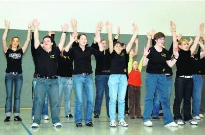"""Gemeinsames Tanzprojekt: Die Schülerinnen und die """"Traumtänzer"""" gemeinsam auf der Bühne der Elisabeth-von-Rantzau-Schule."""