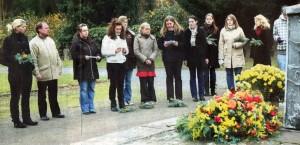 Leuchtende Blumen im trüben Grau: Die Klasse BOS 13 der Elisabeth-von-Rantzau-Schule hat einen Kranz am Denkmal niedergelegt. Foto: Böhm