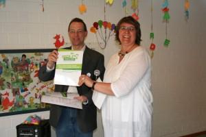 Axel Bossong überreicht Kathleen Glaser das Zertifikat