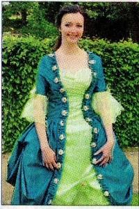 Annika Rentschler stellt im Rokoko-Kostüm Madame Pompadour dar.