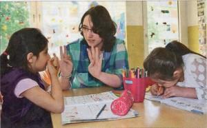 Wie viel ist zehn minus zwei? Elisabeth Wildschütte macht mit Aylin (links) und Narin Hausaufgaben