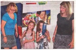 Ksenia und Lilly forschen gemeinsam mit ihren Erzieherinnen