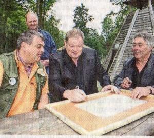 Waldemar Bülow (von links), Prof. Alois-Ernst Ehbrecht und hans-Uwe Bringmann unterzeichnen die neue Partnerschaft