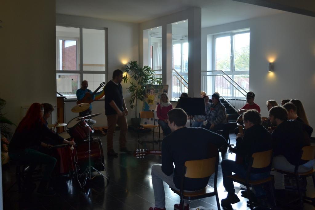 Jan Niklas Krause musiziert mit den Schülern der Elisabeth-von-Rantzau-Schule
