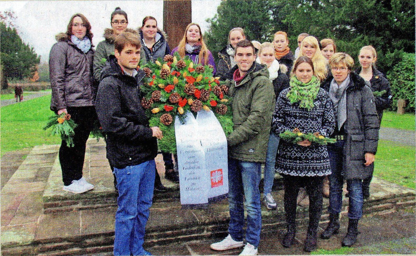 Schüler der Elisabeth-von-Rantzau-Schule legen Kranz nieder