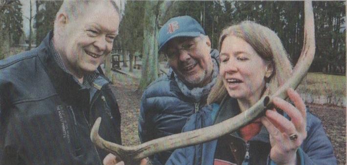 Waldpädagogin Si one Floh erklärt Alois-Ernst Eherecht (links) und Hans-Uwe Bringmann das Geweih eines Hirsches, auch Abwurfstange genannt.