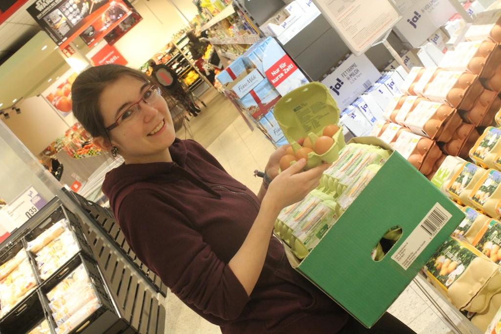 Sarah Löchel hilft im Supermarkt.