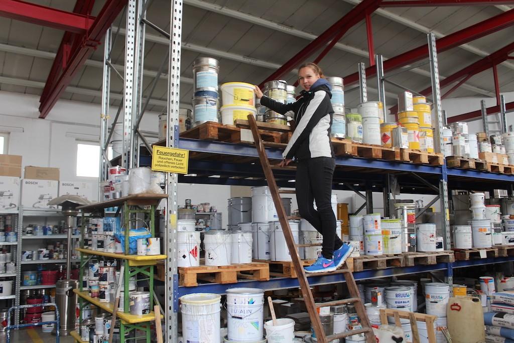 Ann-Christin Dießel im Lager des Malereibetriebs Wiegand