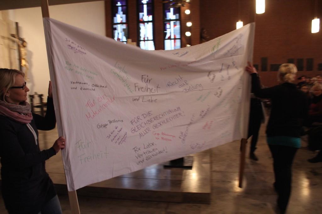 Schüler der Soa2d zeigen Flagge