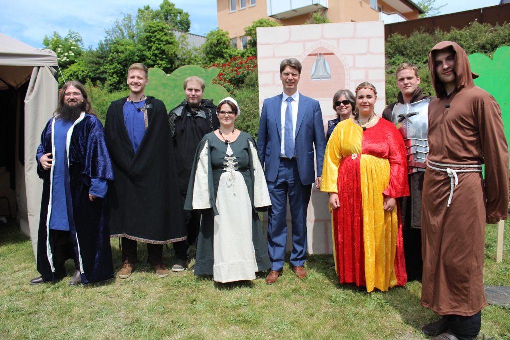 Oberbürgermeister Ingo Meyer besucht die Theateraufführung der Elisabeth-von-Rantzau-Schule