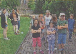 Na, wer stibitzt gleich die Klobürste? Tabea, Rebecca und Sören lauschen ganz genau auf ihre Spielkameraden hinter der Linie (Foto: Kohls)