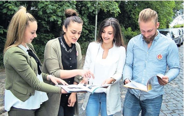 Über die fertigen Broschüren freuen sich die Schüler Bernadette Scholtysik (von links), Leyla Memo, Tania Fröhlich und Sven Keiluhn.