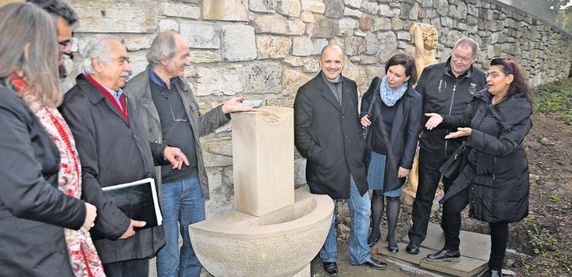 Helmut Speer (Vierter von links) und die Initiatorin Dilek Boyu (rechts) erläutern den Sponsoren den neuen Brunnen (Foto: Hartmann)
