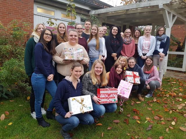 Schülerinnen der Soa2c mit den Geschenken
