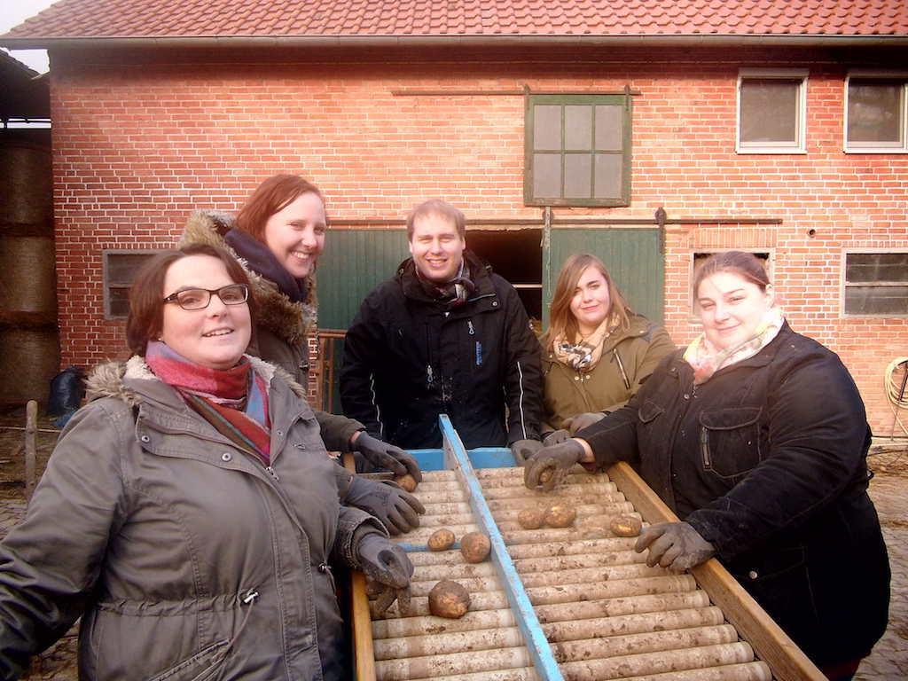 Schülerinnen der Elisabeth-von-Rantzau-Schule helfen auf dem Bauernhof von Andreas Hansen (Mitte) bei der Kartoffelernte